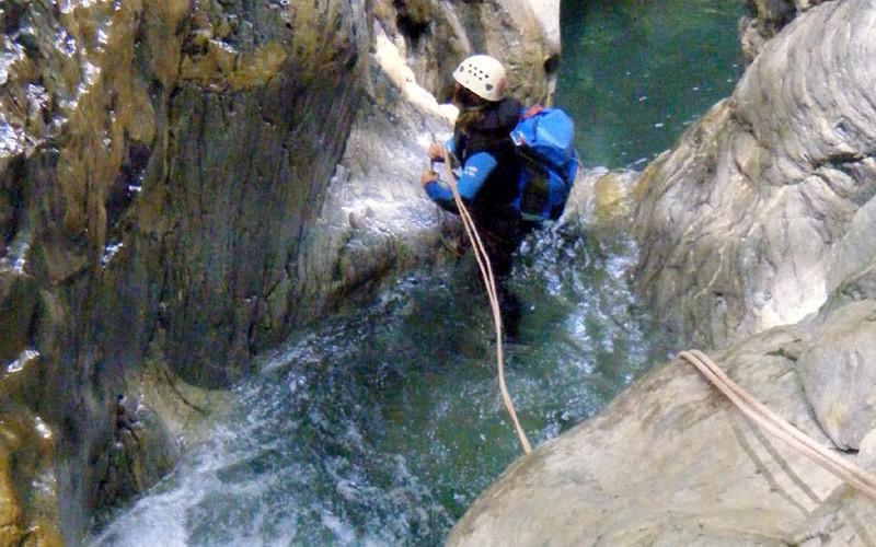 Candice, monritice canyon, s'apprête à tendre la tyrolienne de départ