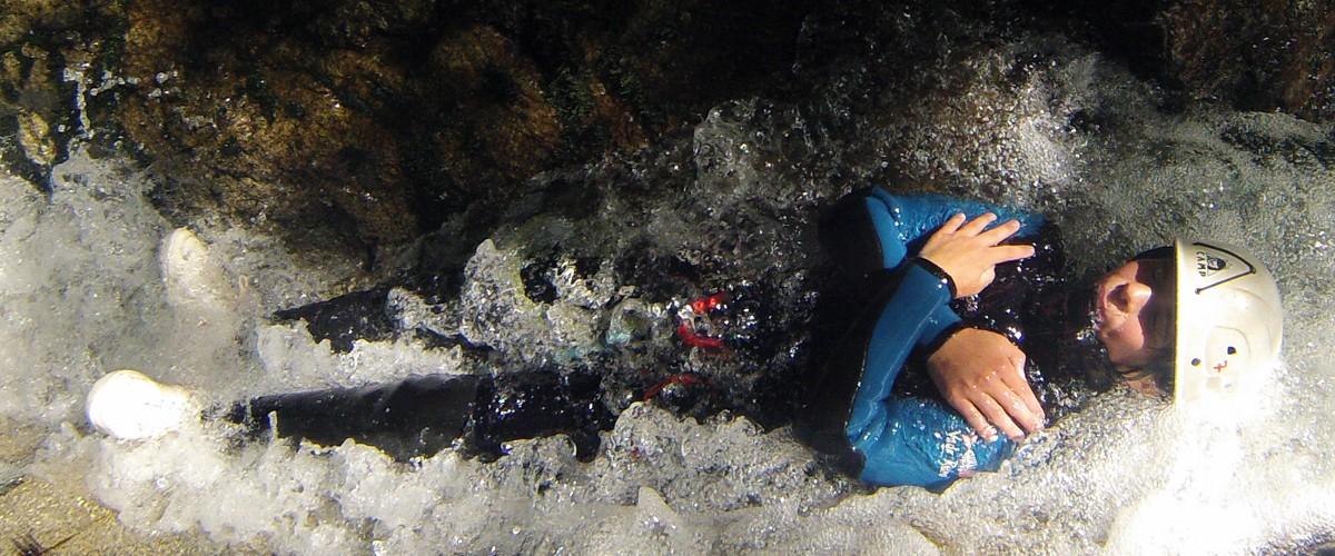 allongé au départ de la cascade du toboggan de 5m